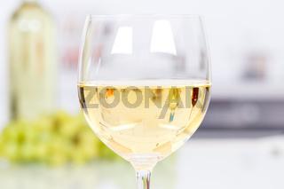 Wein weiß Weißwein Weisswein im Glas