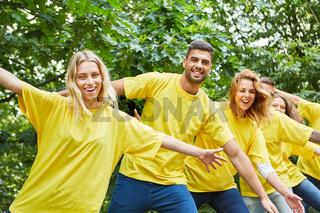 Sportliches Studenten Team trainiert Fitness