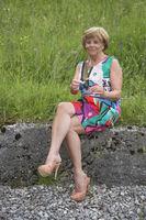 Lebenslustige Seniorin im modischem Outfit