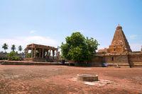 Nadi mandapa on the left and Brihadisvara Temple, Tanjore, Tamil Nadu