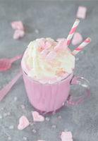 Rosa Milkshake mit Marshamallows