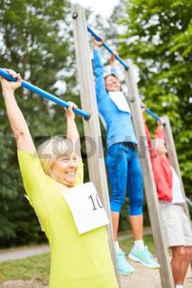 Gruppe Senioren auf dem Trimm dich Parcours