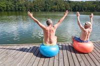 Vitale Senioren machen Rückengymnastik