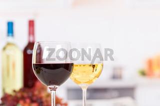 Wein weiß rot Weißwein Rotwein im Glas Weine mit Textfreiraum Copyspace