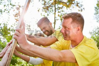 Junge Leute machen ein konfrontatives Teamtraining