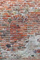 Ziegelsteinwand mit Torbogen