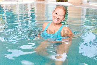 Senior Frau im Pool macht Hydrotherapie