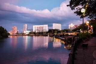 Kuching Waterfront am Sarawak-Fluss zur blauen Stunde