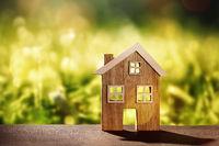 Holzhaus mit Naturhintergrund