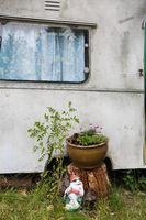 Wohnwagen im Garten