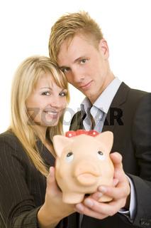 Teenager mit Sparschwein