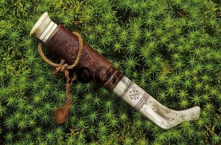 samisches Messer im moos, Lappland, Schweden, sami knife in moos, lapland, sweden, close up, detail,