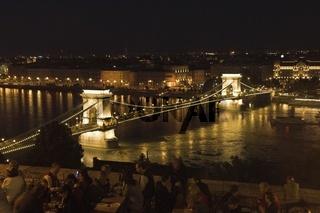 Budapest, Blick vom Burgberg auf die Kettenbrücke bei Nacht
