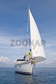 Segeljacht mit Mann am Bug stehend