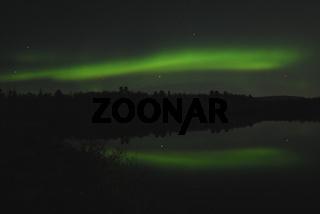 Nordlicht (Aurora borealis) spiegelt sich in einem See, Abisko Nationalpark