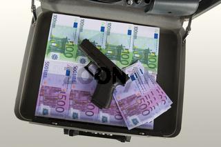 Metallkoffer mit Euroscheinen und Pistole