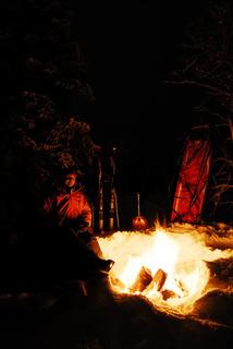 Frau am Feuer