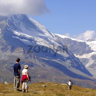 Touristen am Fuss des Matterhorn