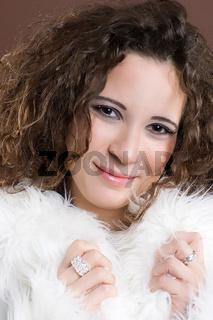 Frau mit flauschigem Schal