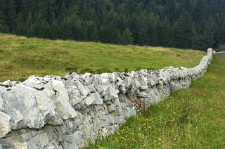 Trockenmauer im Jura, Schweiz