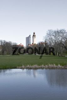 Leipzig Blick auf Rathausturm Johannapark