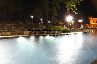 Aussenbecken eines Schwimmbades bei Nacht