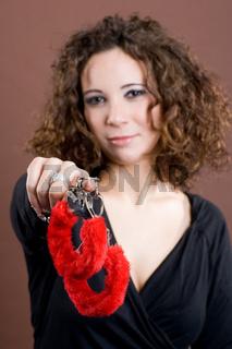Hier sind die Handschellen