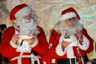 zwei Weihnachtsmaenner beim Haferschleimessen, Gaellivare