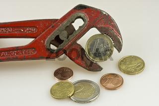 1 Euro in der Zange