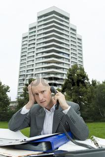 Erschöpft im Freien telefonieren