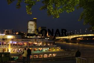Koeln, Rheinschiff an der Rheinpromenade