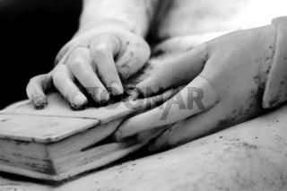 Hände und Buch