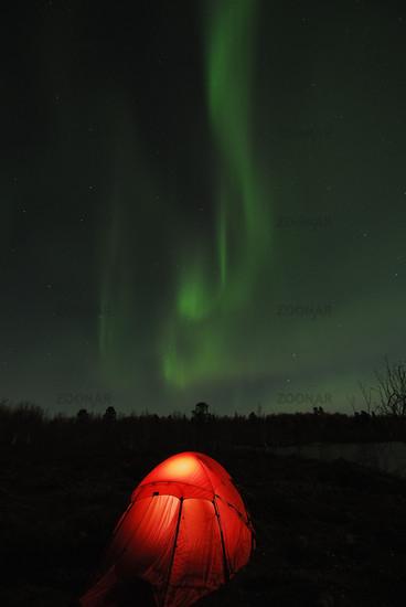Foto beleuchtetes Zelt mit Nordlicht (Aurora borealis