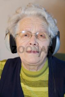 Seniorin mit Kopfhörern
