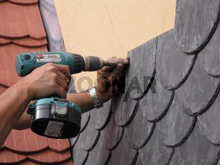 Dachdeckerhände mit Akkuschrauber Schiefermontage