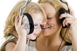 Mutter und Kind hören Musik