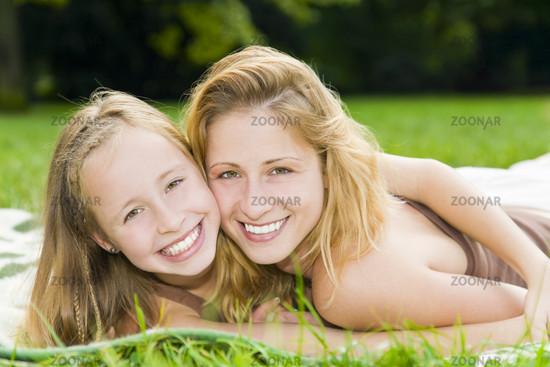 Lachende Mutter und Tochter