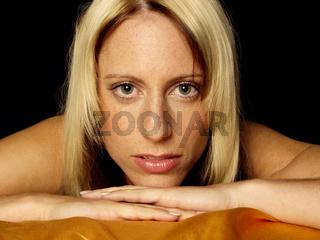 Frauenportrait blond vor schwarzem Hintergrund