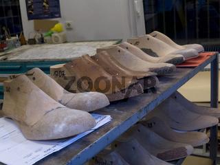 Schuhmacherleisten im Regal