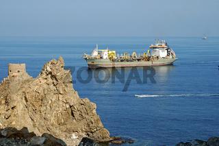 Schiff an der Hafeneinfahrt, Muskat, Oman