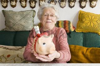 Rentnerin reicht Sparschwein