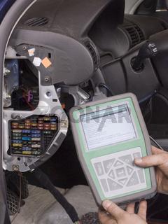 Hand-Diagnosegerät, Autoschlosser KFZ-Handwerk