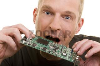 Mann beisst in Steckkarte