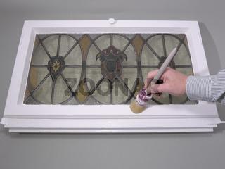 Malerhände Holzfenster Lackfarbenanstrich