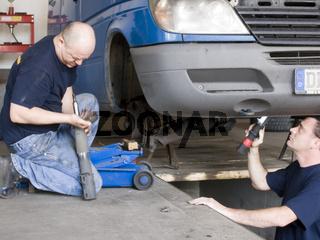 Autoschlosser bei Stoßdämpferreparatur