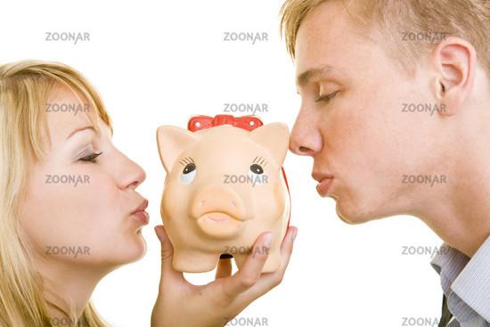 Zusammen ein Sparschwein küssen