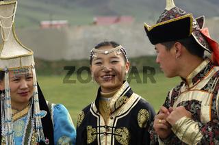 Frauen und ein Mann in mongolischer Tracht