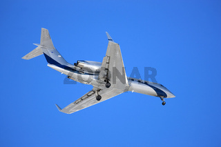Flugzeug vor blauem Himmelhintergrund