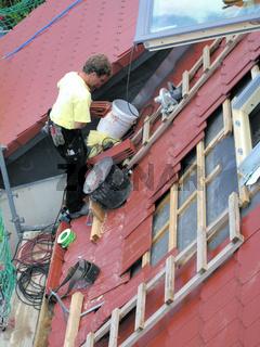 Dachdecker bei Dachfenstereindeckung