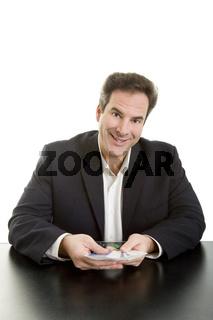Mann gibt Karten aus